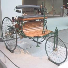 Como era o primeiro carro do mundo, criado por Karl Benz.