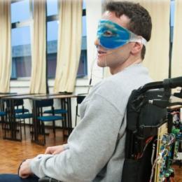 Aluno cria cadeira de rodas movida com os olhos