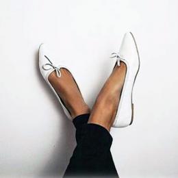 Vítima de bullying cria sapatos para mulheres com pés grandes