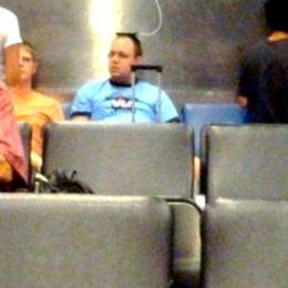 Quando você acha uma tomada no aeroporto