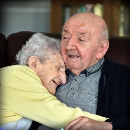 Mãe de 98 anos muda-se para asilo para cuidar do seu filho de 80