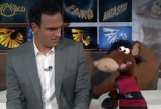 Cavalinho imita dupla do Flamengo e 'agride' Tadeu Schmidt no Fantástico