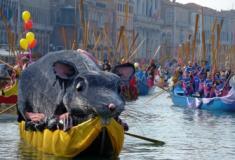 Carnaval em Veneza tem desfile de gôndolas decoradas