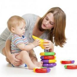Por que os bebês gostam de lhe entregar coisas?