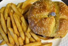 Restaurante oferece hambúrguer com anel de noivado no Dia dos Namorados nos EUA