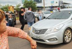 Caravana de Lula é atacada com pedras e ovos