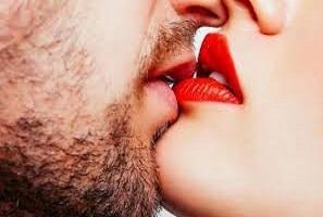 O que acontece no corpo durante um beijo