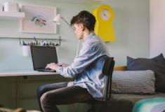 Como as mídias sociais afetam os meninos adolescentes?