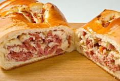 Pão caseiro recheado com salame e ricota