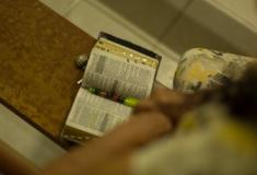 Deputados de SP aprovam projeto que diminui pena de presos que lerem a Bíblia