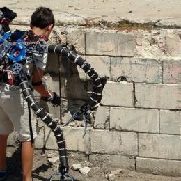 Adolescente constrói exoesqueleto inspirado no Dr. Octopus