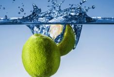 Os benefícios de tomar água com limão todos os dias