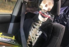 Motorista usa esqueleto de brinquedo para enganar polícia nos EUA