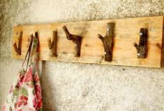 Cabide feito com galhos secos
