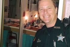 Policial é chamado para tirar guaxinim de banheiro e faz selfie com o intruso
