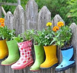 Aproveitar utensilios velhos para fazer vazos para flores