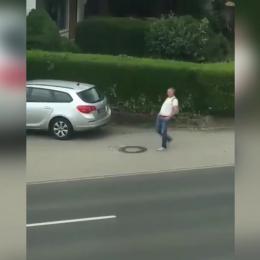 Homem anda contra uma terrível ventania invisível