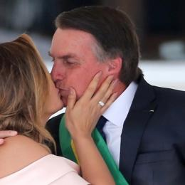 Michelle Bolsonaro quebra todos os protocolos e é aplaudida pelo público