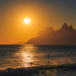 Observe o pôr do sol do Arpoador visto do alto