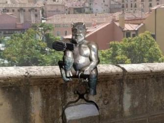 A estátua do diabo criticada em cidade da Espanha por ser 'alegre demais'