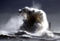 Aumento na força das ondas colocam em risco áreas costeiras