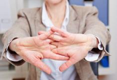 Estalar os dedos: Por que não devemos ter esse hábito?