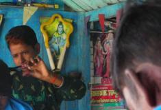 A mulher que se veste como homem para trabalhar em uma barbearia na Índia