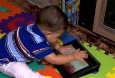 Menores de 5 anos devem ficar mais de uma hora por dia na frente de telas, diz OMS