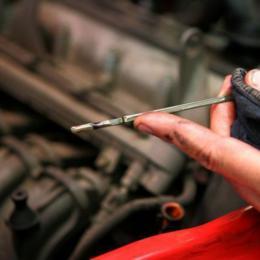 Quatro sinais de que precisa urgentemente de mudar o óleo do carro