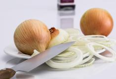 Como cortar cebola sem chorar: Conheça alguns truques!