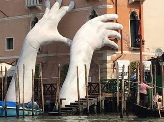 As mãos gigantes do Canal de Veneza