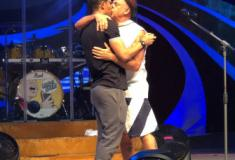 Marido mostra beijo em Lulu Santos em foto: 'Vamos viver tudo que há para viver'