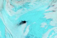 Mistério dos enormes buracos negros no gelo da Antártida é desvendado