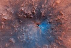 Nova cratera negra e azul de Marte deixa cientistas surpresos