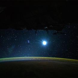 Terra, Lua e uma noite estrelada