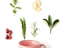 Chás para emagrecer: as bebidas que prometem combater o inchaço