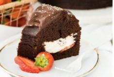 Delicioso bolo de chocolate com recheio de morango