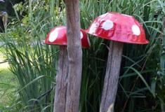 Construa lindos cogumelos para decorar o seu jardim