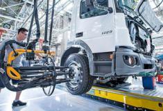 Mercedes-Benz contrata 600 profissionais para produção de caminhões