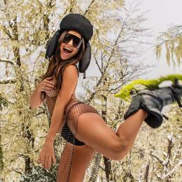 Sabrina Sato leva seguidores à loucura sem calcinha na neve
