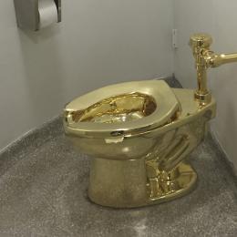 Vaso sanitário de ouro maciço é roubado de exposição de arte em palácio na Inglaterra
