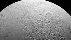 Uma das luas de Saturno está disparando neve nas luas vizinhas