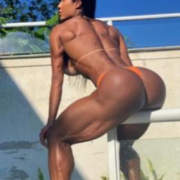 Gracyanne Barbosa coloca bumbum à mostra