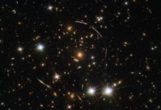 Hubble mostra galáxia que tem pelo menos 12 cópias no céu