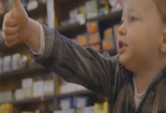 Comerciante usa filho em propaganda de Natal