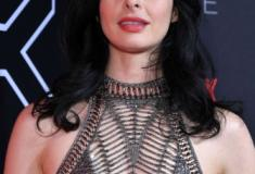 A atriz Krysten Ritten arrasa com transparência em evento