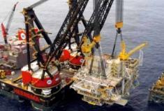 Maior guindaste flutuante do mundo monta um modulo numa plataforma offshore