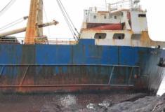 Navio abandonado encalha na costa irlandesa