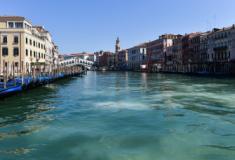 Sem turistas e barcos, coloração da água dos canais de Veneza fica mais clara e nítida