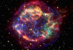 Fusão de 2 estrelas teria originado supernova azul gigantesca em galáxia vizinha